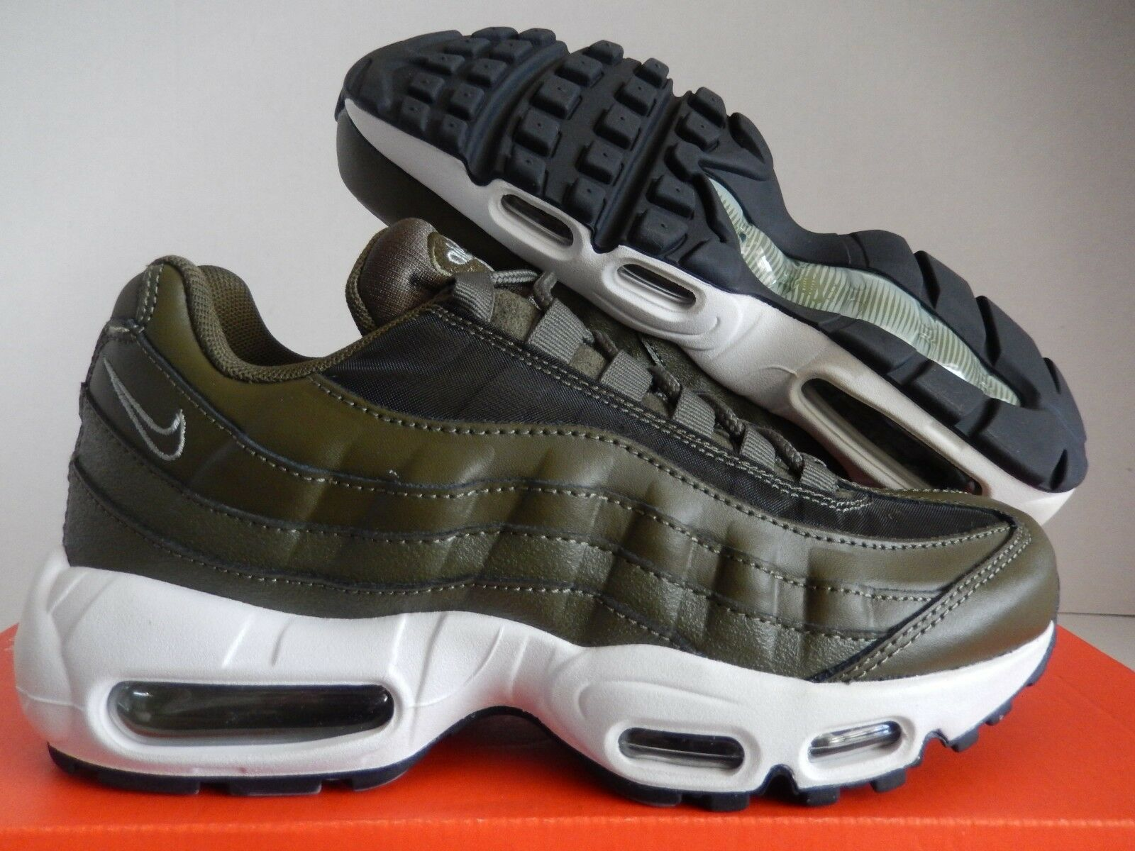 WMNS NIKE AIR MAX 95 SEQUOIA GREEN-BLACK-WHITE SZ 7 [307960-304]