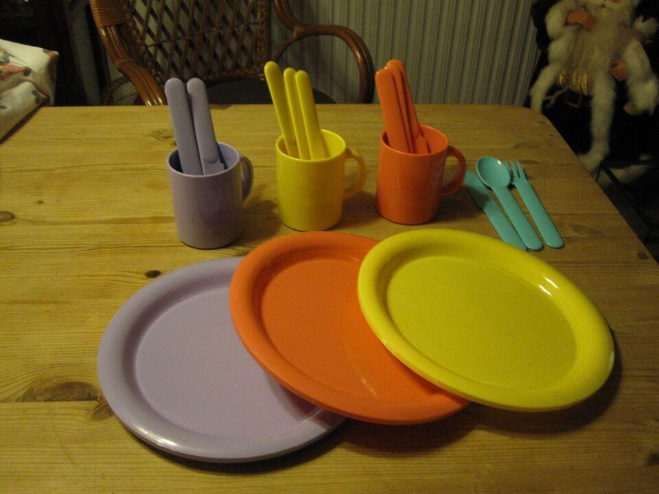 Plastik tallerkner, krus og bestik