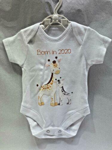 BORN IN 2020 SHORT SLEEVE WHITE BABY VEST WITH MUMMY  /& BABY GIRAFFE  IMAGE