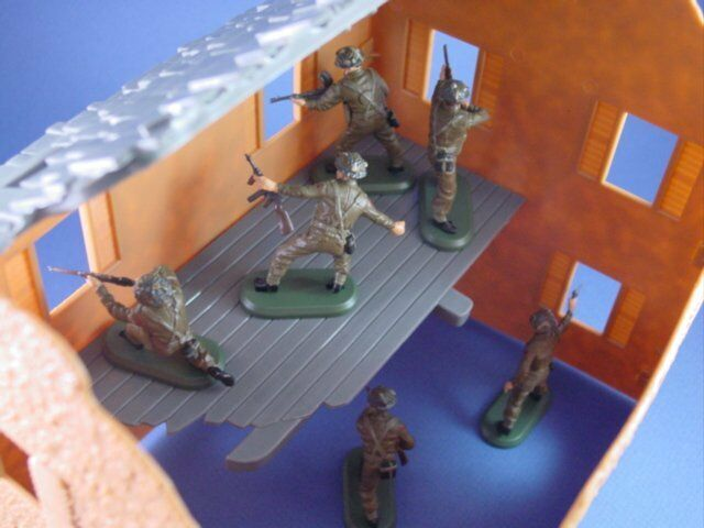 BRITAINS SUPER DEETAIL WWII British Infantry w Farm House Set 7 Pieces FREE SHIP