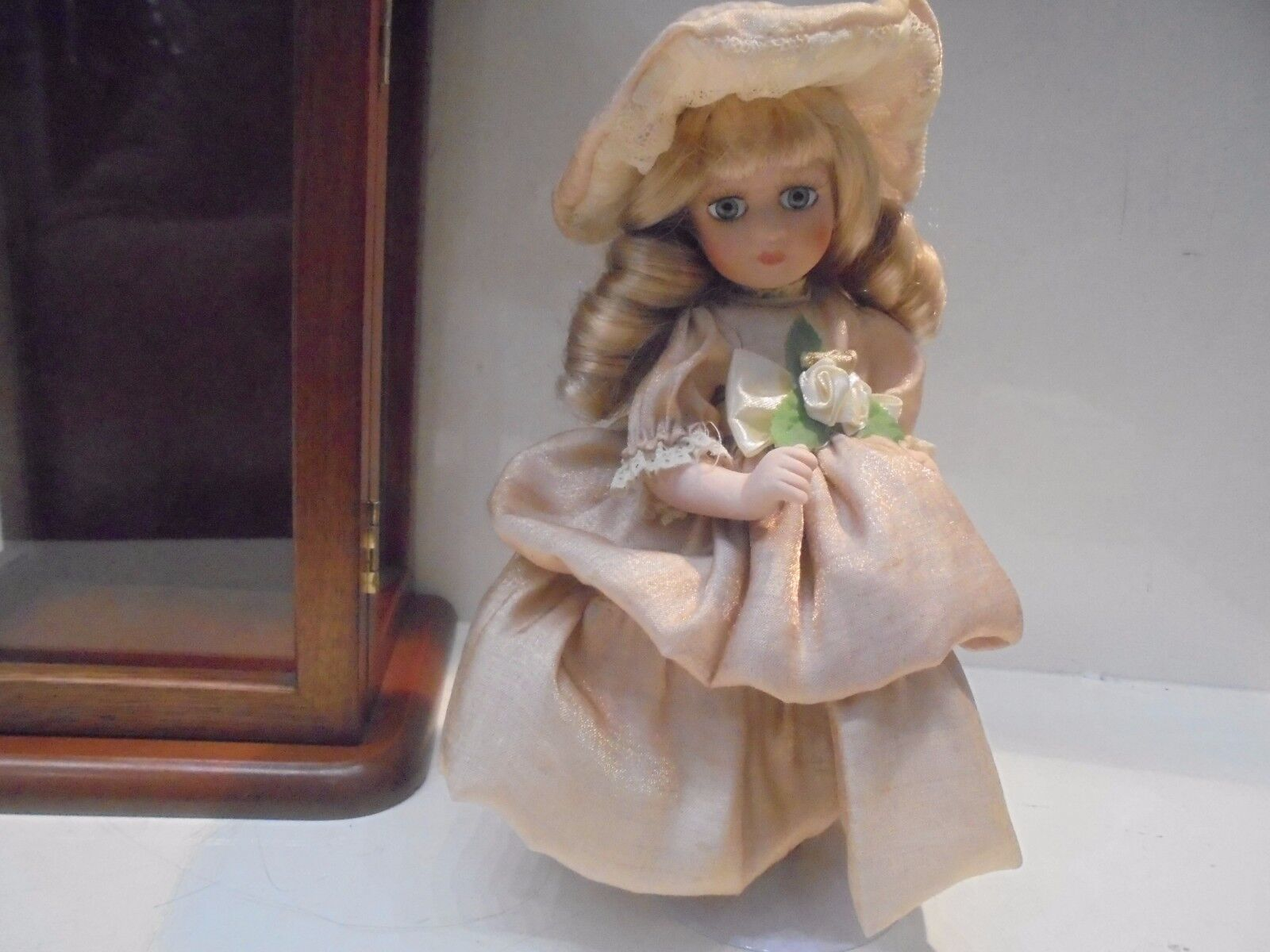BAMBOLA PORCELLANA CON CON CON ABITO IN SETA IN TECA DI LEGNO - PORCELAIN bambola 80d148