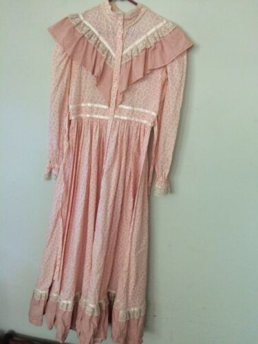 VTG  ANTIQUE CALICO LADIES PINK and WHITE PRAIRIE