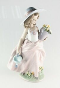 LLADRO-034-A-Wish-Come-True-034-7676-Girl-with-Flowers-and-Watering-Can-Retired