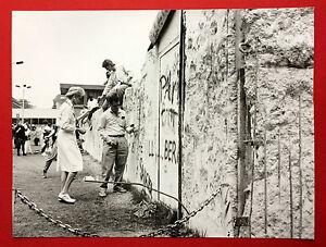 Original Gross Foto MAUER Grenze 1990 Typen an der Mauer     ( F15239
