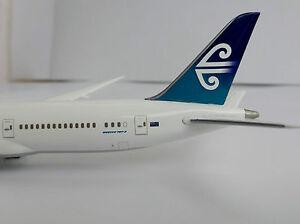 BOEING-787-9-AIR-NEW-ZEALAND-1-400-Hogan-Wings-5132-ON-GROUND-787-Dreamliner