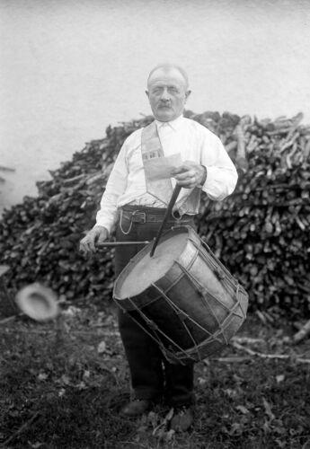 Photo ancienne repro retirage Portrait homme et son tambour XXe deb