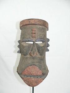 Holz-Maske mit beweglichem Unterkiefer. Afrika Dan Liberia Maske Eisenständer