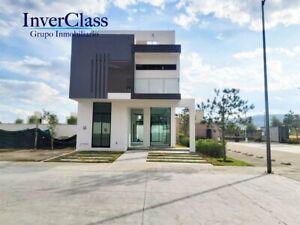 Preciosa casa en Venta dentro de exclusivo Coto con alberca, Zona Real.