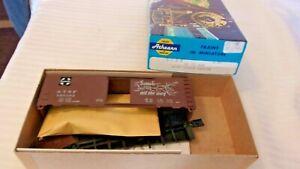 HO Scale Athearn 40' Box Car ATSF Santa Fe Grand Canyon, Brown #145385 BNOS