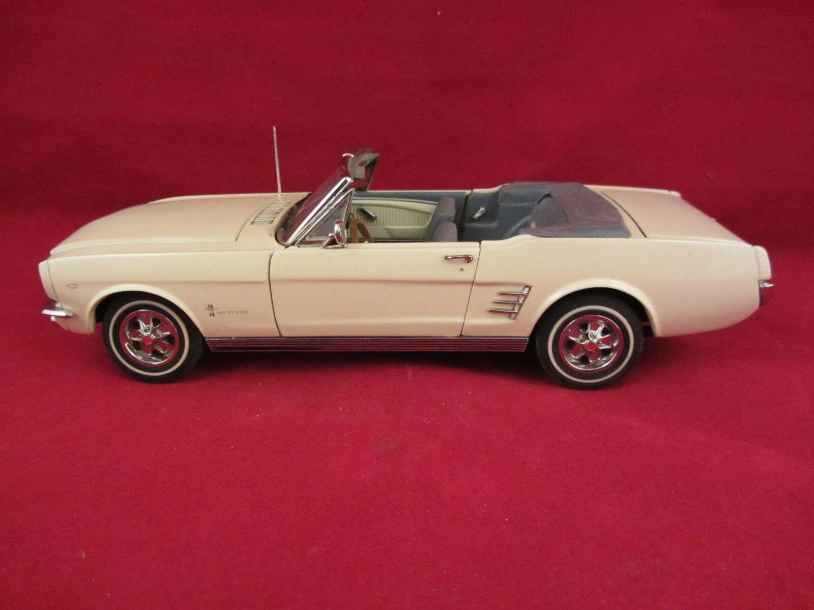 Danbury Mint - 1966 Ford Mustang Congreenible  White  VGC  1 24 scale  (418)
