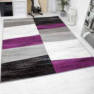 Alfombra-moderna-de-diseno-con-dibujo-geometrico-en-lila-gris-blanco-y-negro