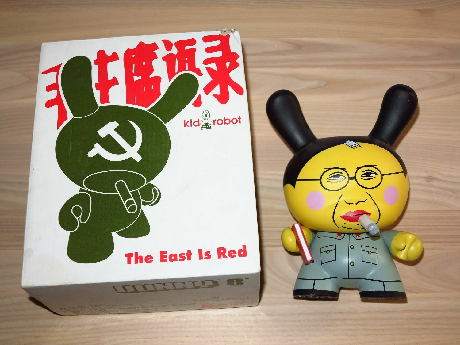 KIDROBOT 8  FIGUR - THE EAST IS RED   MAO KOZIK in MINT