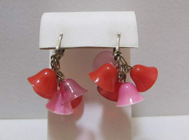 Delightful Vtg Red & Pink Plastic Bell Cluster Cha Cha Silver Tone Dangle Earrin