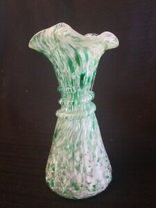 Beautiful-VINTAGE-VASE-Hand-blown-GLASS-Green-White-Speckle