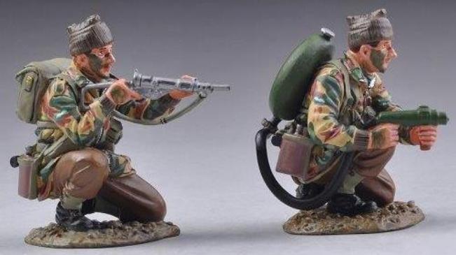 THOMAS GUNN WW2 BRITISH COMM008 COMMANDO FLAMETHROWER TEAM MIB