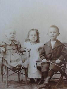 Geschwisterportrait-2-Maedchen-1-Junge-Foto-Fotographie-Tietz-Hamburg