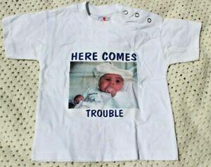 """Baby T Shirt """"here Comes Truble"""" 12 M-afficher Le Titre D'origine Avoir Une Longue Position Historique"""