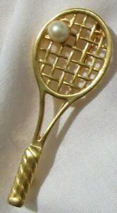 VINTAGE-AVON-GOLD-TONE-TENNIS-RACKET-WITH-ATTACHED-FAUX-PEARL-034-BALL-034-PIN-BROOCH