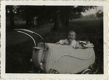PHOTO ANCIENNE - VINTAGE SNAPSHOT - ENFANT LANDAU BÉBÉ -CHILD BABY CARRIAGE 1944