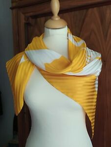 Foulard en soie vintage Valentino . Silk Scarf