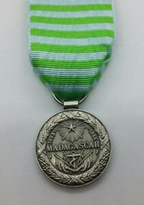 Medaille-commemorative-de-Madagascar-1883-1886-livree-avec-ruban-Refrappe