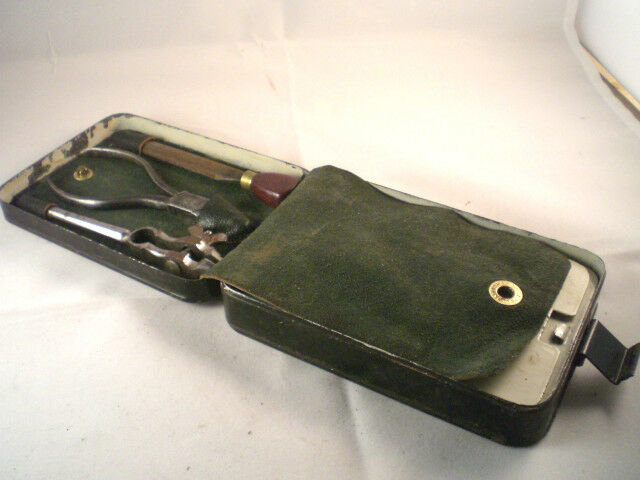 AN EXTREMELY RARE VINTAGE HARDY TRACE MAKERS TIN WITH TOOLS