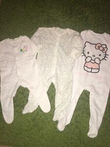 3x Filles Babygrow Sleepsuit Taille 0-3 3-6 6-9 Mois Hello Kitty Winnie L'ourson-afficher Le Titre D'origine CéLèBre Pour Des MatéRiaux SéLectionnéS, Des Conceptions Originales, Des Couleurs DéLicieuses Et Une Finition RaffinéE