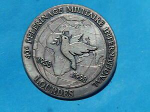 insigne PELERINAGE MILITAIRE A LOURDES 1998 COLOMBE