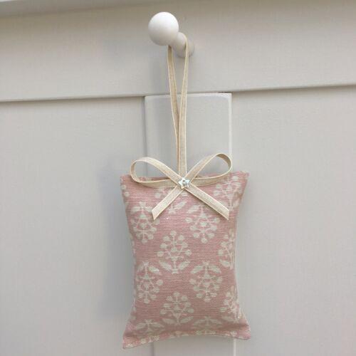 1 Susie Watson rose poudrée Sprig coton Lavande Filled Porte Cintre
