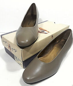 85868b5ce601 Vtg HUSH PUPPIES Leather Taupe Dress Shoes w Box Womans 9M Heels ...