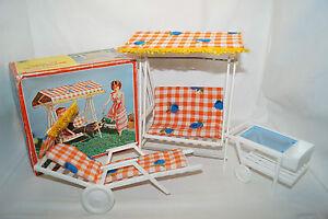 Balancelle de table pivotante Hollywood des années 70 avec mobilier de jardin - Barbie, Petra, Poupées
