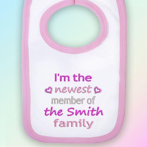 Nouveau membre de la famille brodé Baby Pull-over Bib cadeau personnalisé nouveau