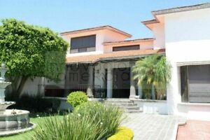 Jurica, casa en venta con agradable jardín en zona residencial