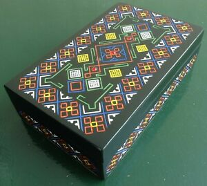 Scatola-russa-1980-legno-laccato-nero-decoro-geometrico-colori-3-pietre-rosse