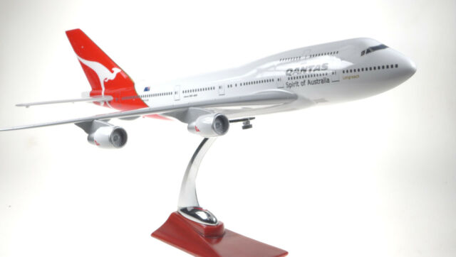 QANTAS LARGE DISPLAY PLANE MODEL BOEING JUMBO JET 747 AIRPLANE APX 45cm SOLID R