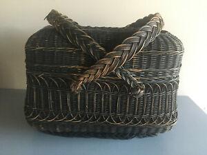Très ancien panier à couvercle en osier noir avec les anses tressées