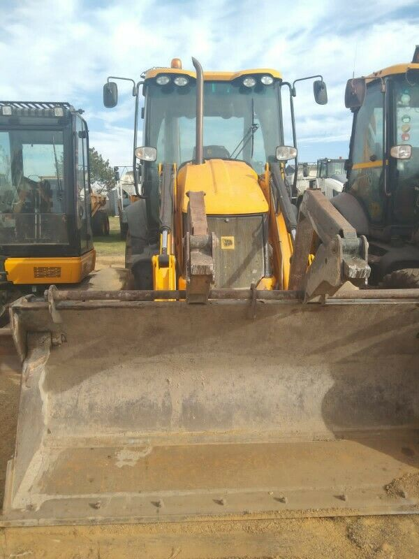 JCB 3CX twin front and backhoe loader Call 0768372075