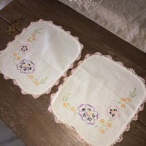 Vintage-Embroidered-Floral-Linen-Doilies-Matching-Set-of-2-Pink-Crocheted-Edges