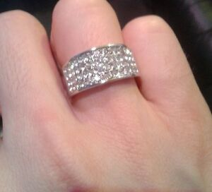 SILVER-COLOUR-BAND-RING-WITH-DIAMANTE-STONES-NEW-WOMENS-MENS-BUY-2-GET-1-FREE