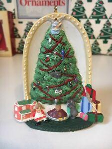 Noel-Morning-sous-The-Tree-Poincon-Souvenir-Ornement-Neuf-en-Boite