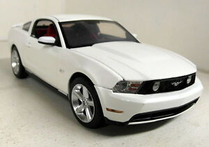 Greenlight-1-18-Scale-12814-2010-Ford-Mustang-GT-White-Diecast-model-car
