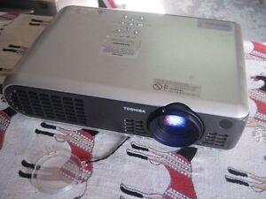 TOSHIBA-TLP-T60M-LCD-PROJECTOR-1024x768-pixels-videoprojecteur