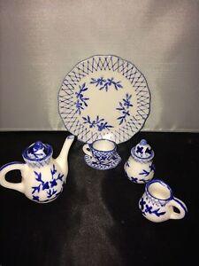 VINTAGE-DOLLHOUSE-MINIATURE-PORCELAIN-TEA-SET-BLUE-AND-WHITE