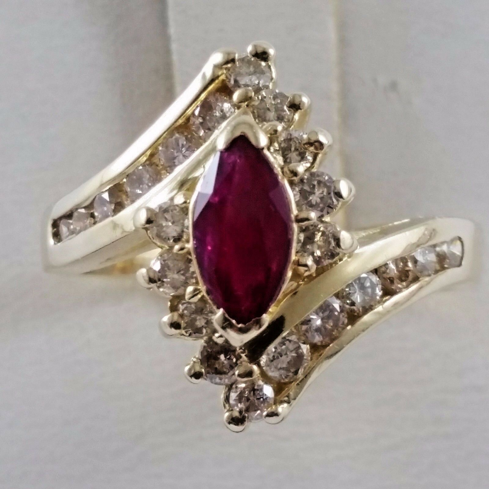 Exquisite 14K Karat Solid Yellow gold Ring with Diamonds & Ruby - Nice