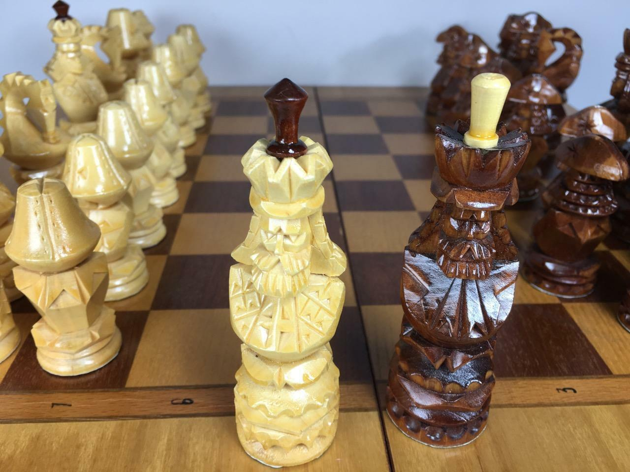 Hermosa hecha a mano de madera tablero de ajedrez y conjunto completo de 32 piezas