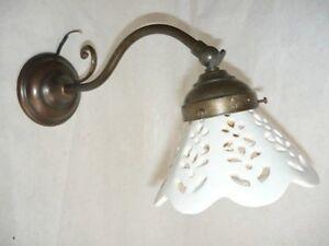 Appliques lampada da parete in ottone con ceramica bianca traforata