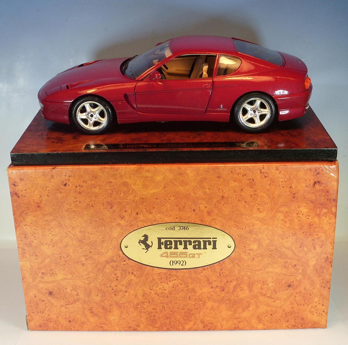 Bburago 1  18 Ferrari 456 GT (1992) röta auf Holzbas i OVP