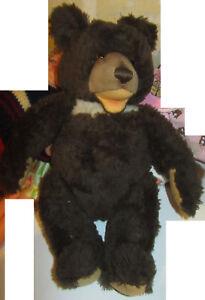 Vieux ours en peluche en peluche