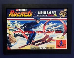 Corgi-cohetes-James-Bond-Conjunto-de-esqui-alpino-Vintage-1970-A4-Tamano-Poster-Cartel-enmarcado