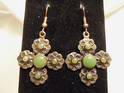 FUNKY COOL Textured Silvertone/GREEN Accent FLOWER Design Dangle Earrings 13EE55